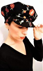 Mimi Condal indossando il basco ricamato con visiera