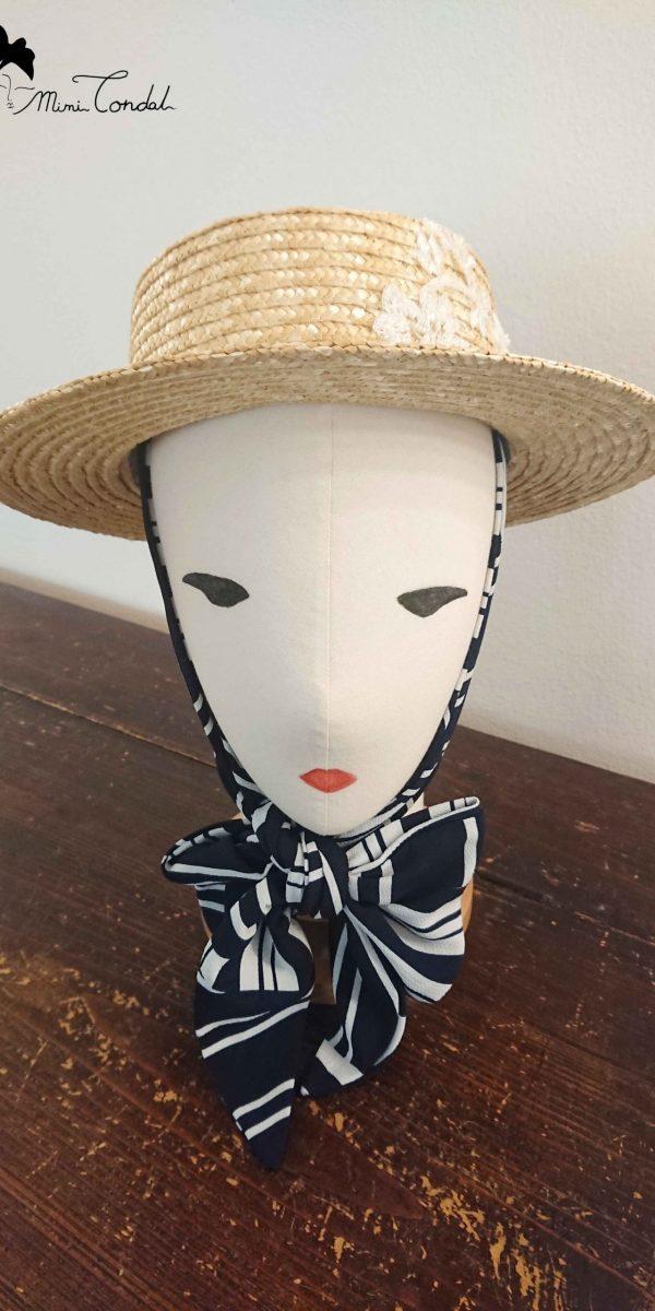 Canotier con foulard, annodato sotto il mento