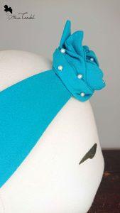 Fascia azzurra con perline, dettaglio nodo