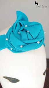 Fascia azzurra con perline, dettaglio perline
