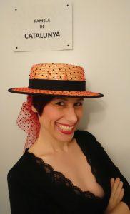 Mimi Condal indossando canotier con tulle