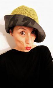 Mimi Condal indossando cloche reversibile