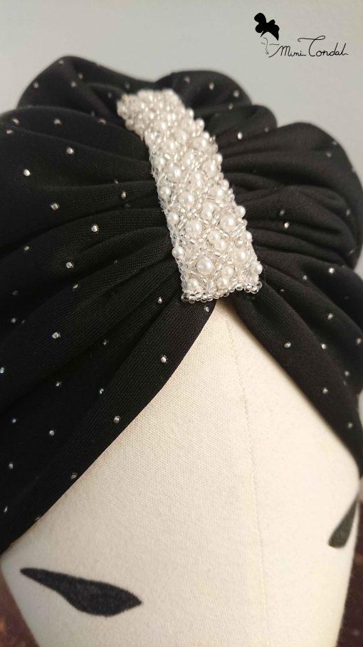 Turbante nero con perle, dettaglio perle